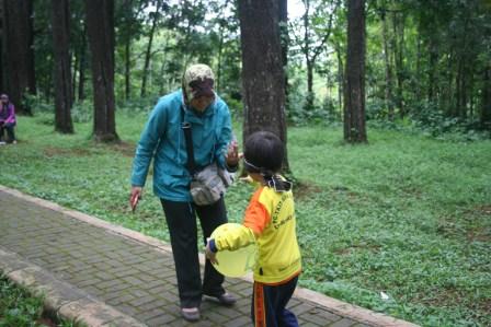Mama sedang mengarahkan Azwa untuk berjalan membawa balon dengan penutup mata (awas jatuh nak ^^)
