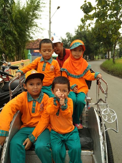 "Anak-anak naik dan jalan-jalan dengan becak, dalam rangka kegiatan pembelajaran dengan sub tema ""Becak"""
