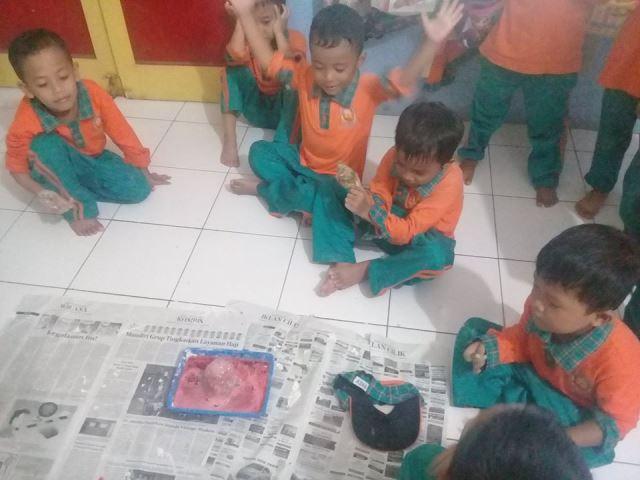 """Anak-Anak Belajar Dengan Tema """"Gejala Alam"""""""