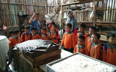 Pabrik Tahu menjadi tempat yang tak kalah menarik bagi anak-anak