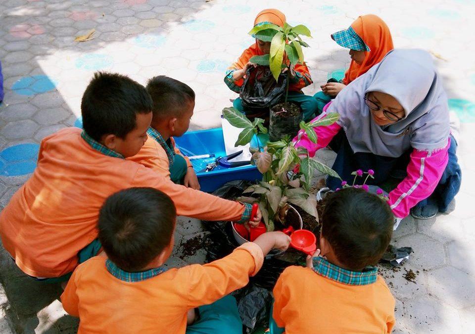 Di Pekan Ini Anak-Anak Bermain Sambil Belajar Mengenal Manfaat Hujan